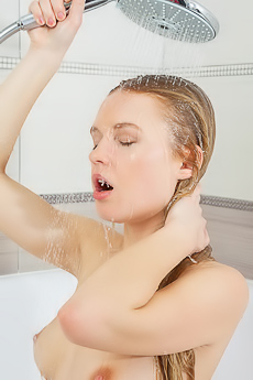 Xena Takes A Shower
