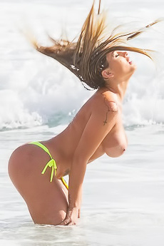 Sexy Famous Babe Andressa Urach In The Sea